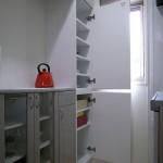 冷蔵庫の隙間を利用した食器棚